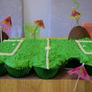 TROPICAL FOOTBALL PULL APART CUPCAKES