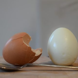 THE EASIEST WAY TO PEEL AN EGG